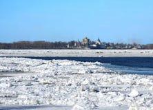 driva isflodfjäder volga arkivfoton
