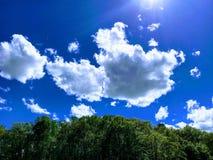 Driva moln på briljant blå himmel royaltyfri fotografi