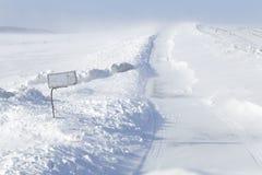 Driva snö på en lantlig väg royaltyfri foto