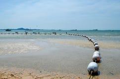Drivande ashore staket av flöten i förankrat skeppområde royaltyfri fotografi
