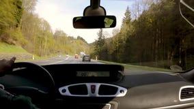 Drive άποψης ταμπλό μέσω της πυκνής δασικής ευρωπαϊκής εθνικής οδού τοπίων φιλμ μικρού μήκους
