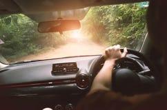 Drive αυτοκίνητο ατόμων που πηγαίνει στο δάσος Στοκ Εικόνες