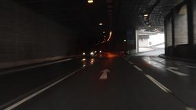 Drive αυτοκινήτων κάτω από την εθνική οδό κατά τη διάρκεια της ομιχλώδους νύχτας - POV άποψη απόθεμα βίντεο