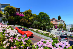 Drive αυτοκινήτων κάτω από την οδό Lombard στο Σαν Φρανσίσκο, ασβέστιο - 13 Ιουλίου 2013 Στοκ Φωτογραφία
