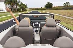 Drive γυναικών μετατρέψιμο ή αυτοκίνητο καμπριολέ στοκ εικόνες με δικαίωμα ελεύθερης χρήσης