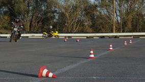 Drive μαθήματα μοτοσικλετών μεταξύ των μοτοσυκλετιστών Moto Gymkhana κώνων κυκλοφορίας απόθεμα βίντεο
