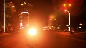 Drive μοτοσικλετών κατά μήκος της οδού LIT με το φωτεινό προβολέα απόθεμα βίντεο