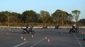 Drive μοτοσυκλετιστές Moto Gymkhana μαθημάτων μοτοσικλετών απόθεμα βίντεο