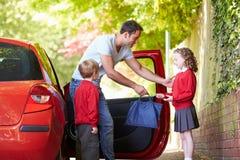 Drive πατέρων στο σχολείο με τα παιδιά στοκ φωτογραφία