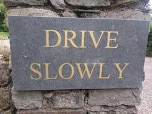 DRIVE σημαδιών ΑΡΓΆ στην Ιρλανδία Στοκ Φωτογραφίες