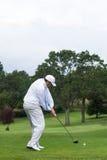 Drive σφαίρα παικτών γκολφ από το γράμμα Τ Στοκ Εικόνες