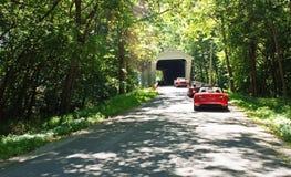 Drive χώρας μέσω της καλυμμένης γέφυρας Στοκ Εικόνες