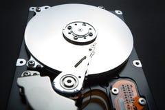 Drive del hard disk aperto del computer su fondo nero Protezione dei dati e delle informazioni immagine stock