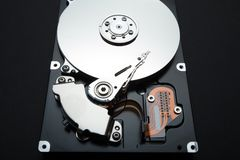 Drive del hard disk di un computer su un fondo nero fotografia stock libera da diritti