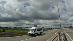 Drive Minivan κατά μήκος των βιομηχανικών κτηρίων εθνικών οδών στις πλευρές φιλμ μικρού μήκους