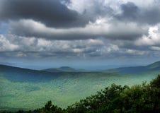 Drive Talimena, βουνά Ouachita, δραματικοί ουρανοί στοκ εικόνες