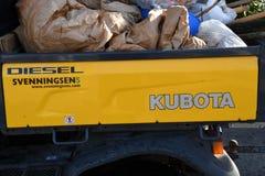 DRIVE van KUBOTA TRACKTOR OP het VERVOERafval van DIESEï ¿ ½ stock afbeelding