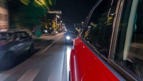 Drivelapse del lado del coche que mueve encendido una avenida de la noche en hyperlapse del timelapse de la ciudad metrajes