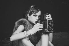 Driven flicka Frågeframsidaflickor massmedia och ny teknik, journalistik fotografering för bildbyråer