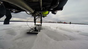 Driven Paragliderlandning på snö stock video