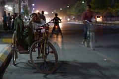 Driver addormentato del risciò di ciclo a Mandalay in Birmania, Asia immagine stock