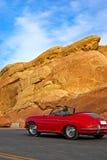 Driver in automobile di colore rosso dell'annata Fotografie Stock
