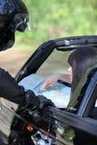 Driver che legge un programma di strada Fotografia Stock