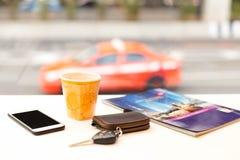 Driver che mangia un caffè al caffè di area di riposo del bordo della strada Fotografie Stock Libere da Diritti