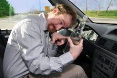 Driver con un alcool della bottiglia immagini stock