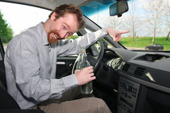 Driver con un alcool della bottiglia immagini stock libere da diritti