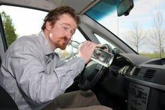 Driver con un alcool della bottiglia fotografie stock libere da diritti