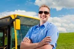 Driver davanti al suo bus Immagine Stock