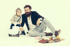 Driver del bambino piccolo o padre pilota e barbuto Fotografia Stock
