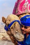 Driver del cammello con il suo cammello Fotografie Stock
