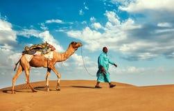 Driver del cammello di Cameleer con i cammelli nel Ragiastan fotografia stock
