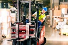 Driver del carrello elevatore al magazzino di procedimento Fotografie Stock Libere da Diritti