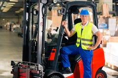 Driver del carrello elevatore al magazzino di procedimento immagini stock libere da diritti