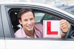 Driver del principiante che sorride e che tiene l piatto immagini stock libere da diritti