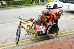 Driver del risciò di ciclo che ha un resto Fotografie Stock Libere da Diritti