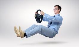 Driver dell'uomo d'affari in vetri e legame con una ruota fotografia stock libera da diritti