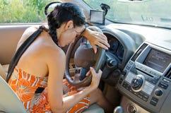 Driver della donna che cattura una rottura fotografie stock libere da diritti