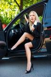 Driver della donna con la cuffia avricolare del telefono Fotografie Stock Libere da Diritti