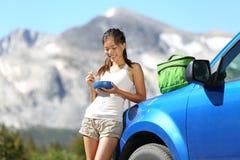 Donna di viaggio stradale dell'automobile che mangia nel parco di Yosemite Immagini Stock Libere da Diritti