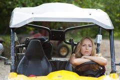 Driver della donna dietro la rotella del buggy Immagine Stock