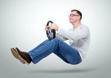 Driver di automobile divertente dell'uomo con una rotella Manichino sul concetto della strada immagine stock