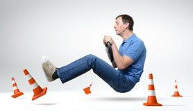 Driver di automobile divertente dell'uomo del debuttante con una rotella immagine stock libera da diritti