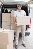 Driver di consegna che carica il suo furgone con le scatole Fotografia Stock Libera da Diritti