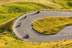 Driver di motociclo che guidano in strada principale alpina su Hochalpenstrasse famoso, Austria, Europa fotografie stock libere da diritti
