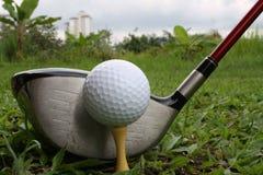 Driver e sfera di golf Fotografia Stock