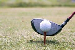 Driver e sfera di golf immagine stock libera da diritti